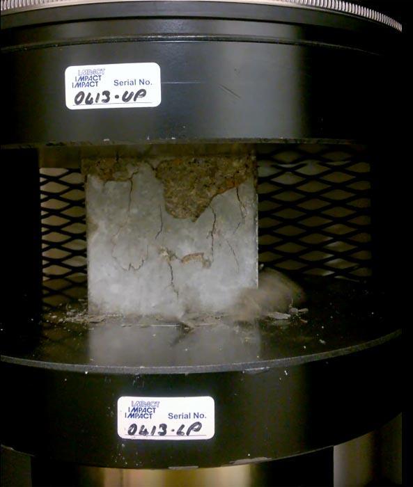 Испытание образцов бетона в лаборатории