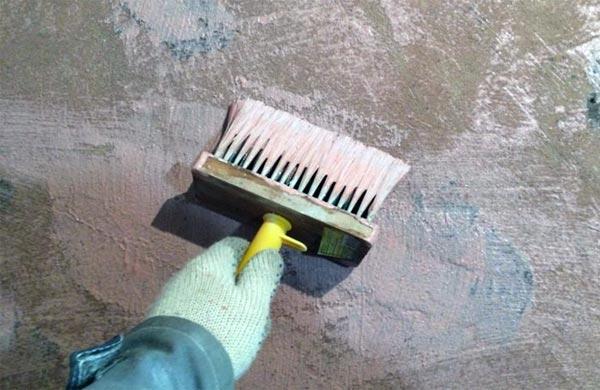 Нанесение грунта на стену кистью